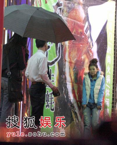 郑欣宜努力赚钱养母 夜晚低调现身街头(组图)
