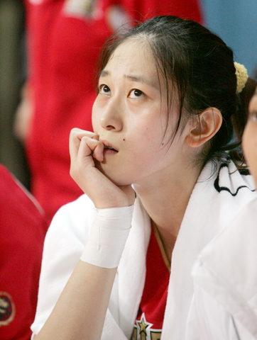 图文:女篮热身胜澳职业队 隋菲菲在替补席上