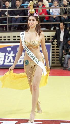 图文:女篮热身胜澳职业队 热辣大波美女登场
