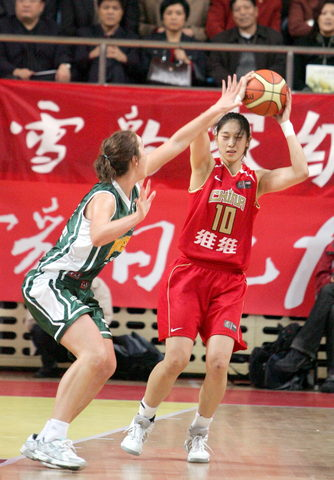 图文:女篮热身胜澳职业队 隋菲菲在比赛中