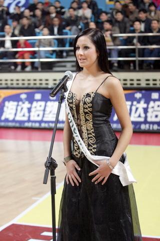 图文:女篮热身赛两连胜 比基尼小姐性感助威