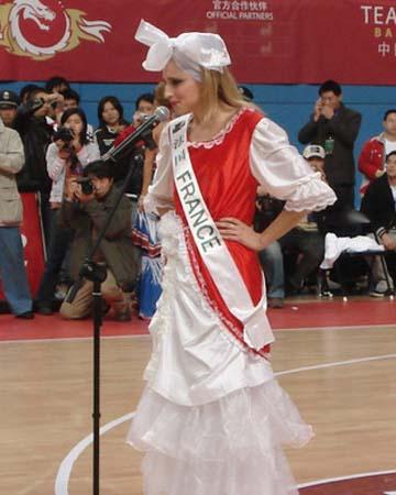 图文:女篮热身胜澳职业队 法国小姐助阵
