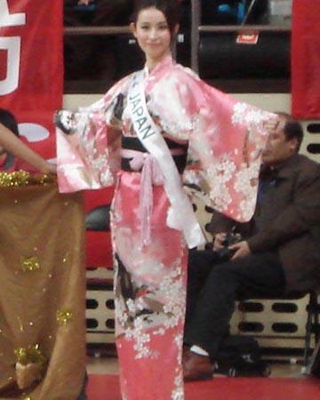 图文:女篮热身胜澳职业队 日本小姐助阵