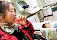 四川母亲沿路乞讨到北京给重症女儿治病(组图)