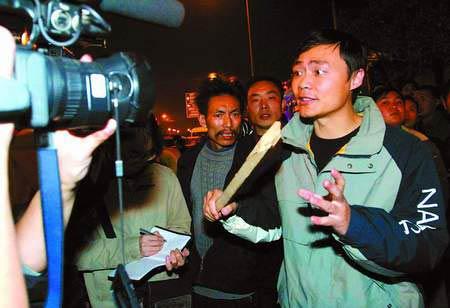 演出团暴力追打记者警察 警察连开三枪令其投降