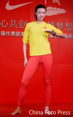图文:俊男美女身穿亚运中国服装 皮划艇队服装