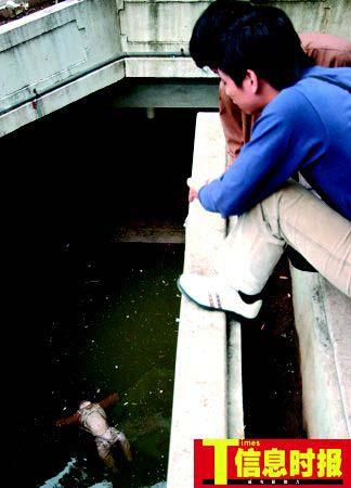 尸体解泡�_男童尸体仰面浮在水面上,双眼紧闭,下半边脸被水泡得惨白,四肢浸在水