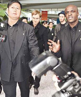 好莱坞影星裘德-洛抵港 十二大汉为其开路(图)