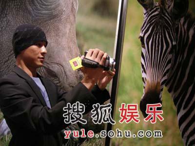 乔振宇出席环保摄影展 称自己对动物着迷(图)