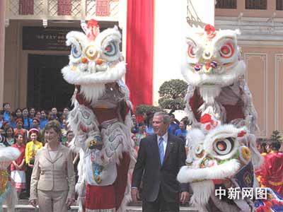 布什访问越南胡志明市 青睐华人龙狮艺术(图)