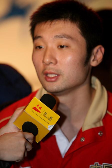 图文:篮球和体操队送行酒会 刘炜接受搜狐采访