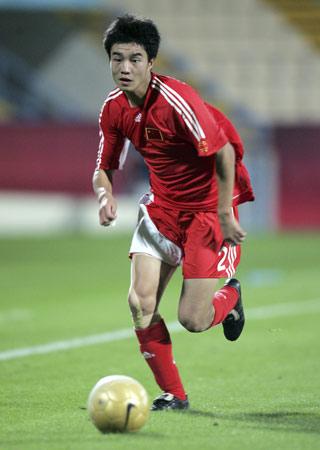图文:热身赛国奥0-2负卡塔尔 谭望嵩持球进攻