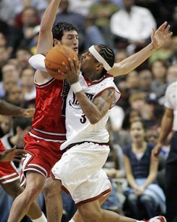 NBA图:76人主场大胜公牛 辛里奇封盖艾弗森
