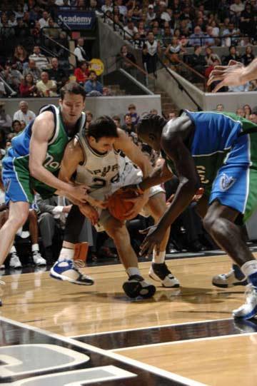 NBA图:常规赛小牛胜马刺 吉诺比利遭遇夹击