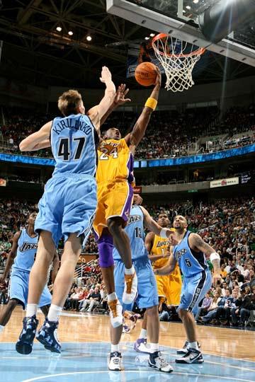 NBA图:常规赛湖人负爵士 基里连科封堵科比