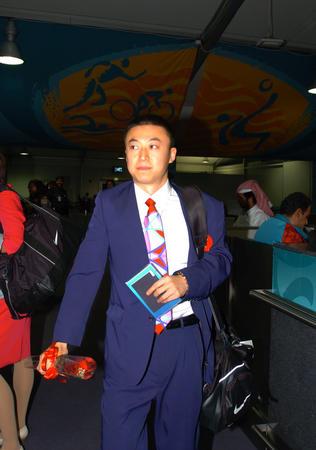 图文:中国乒乓球队抵达多哈 马琳步出机场