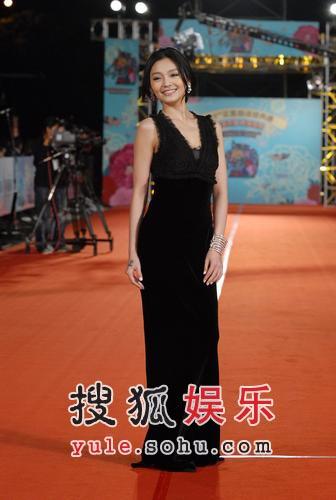 快讯:徐熙媛(大s)黑色低V长裙款款走过红毯