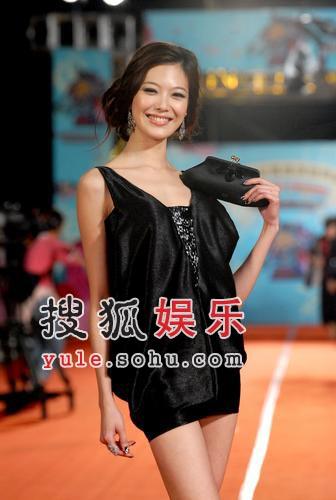 快讯:名模姚采颖着火辣热裤现身星光大道
