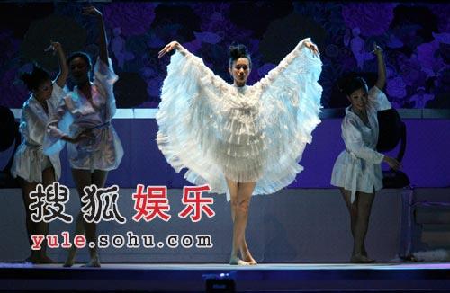 快讯:莫文蔚白色羽翼服性感十分