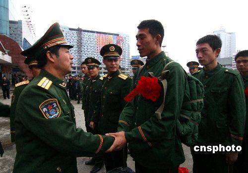 湖南首批武警退伍老兵告别部队返乡图片