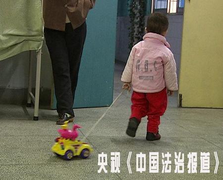 新生婴儿离奇骨折 父母将其滞留医院一年半(图)