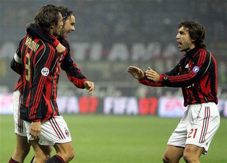 图文:米兰VS梅西纳 马尔蒂尼与队友庆祝进球