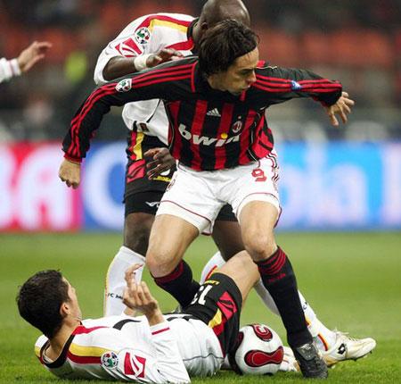 图文:米兰VS梅西纳 因扎吉威风不减当年