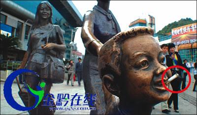 小孩口中叼根香烟 贵阳火车站广场雕塑遭恶搞