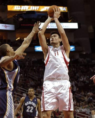 NBA图:火箭主场战灰熊 姚明中距离跳投