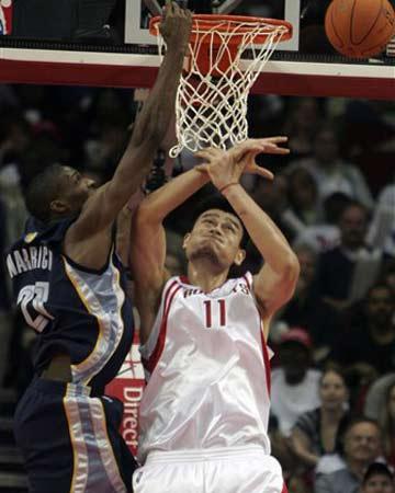 NBA图:常规赛火箭VS灰熊 姚明大力封盖瓦里克