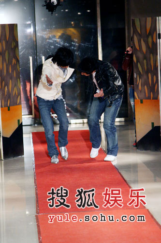图:羽泉搞怪红地毯3