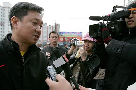 图文:中国体操队出征多哈 黄玉斌接受采访