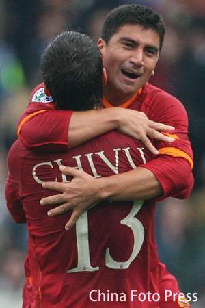 图文:桑普多利亚2-4罗马 皮萨罗齐伍庆祝进球