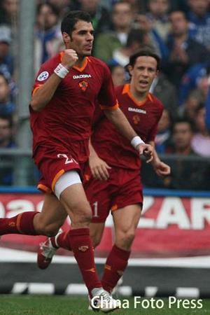 图文:桑普多利亚2-4罗马 佩罗塔庆祝进球
