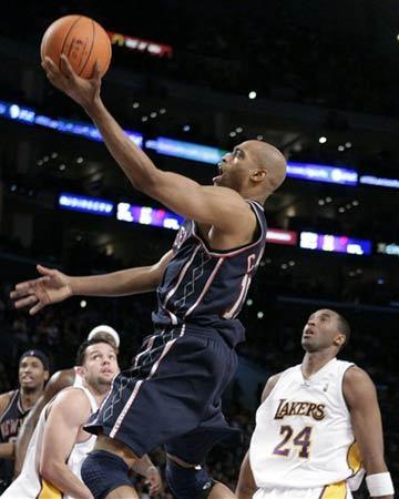 NBA图:湖人VS网队 卡特飞龙在天科比目瞪口呆