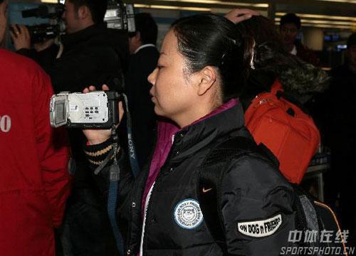 图文:12支运动队同赴多哈 陶璐娜客串摄像