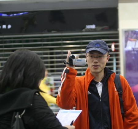图文:华奥搜狐前方报道组 机场采访蒙古运动员