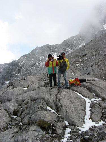 图文:《我是冠军》挑战雪山 工作人员挑战极限