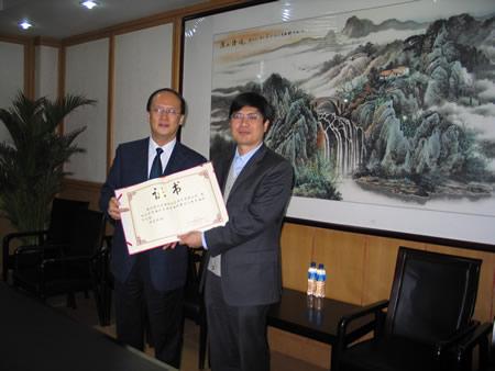 图文:搜狐公司赞助海淀围棋队 王建军接受证书