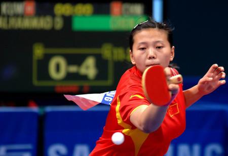 图文:中国女团赢得开门红 陈晴比赛中回球