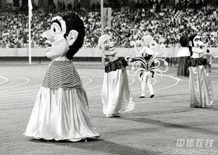 图文:1982年新德里亚运会开幕式 滑稽的大头舞