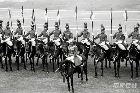 图文:1982年新德里亚运会开幕式 骑马阅兵式
