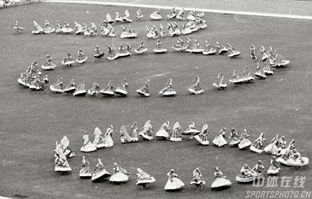 图文:1982年新德里亚运会开幕式 团体操造型