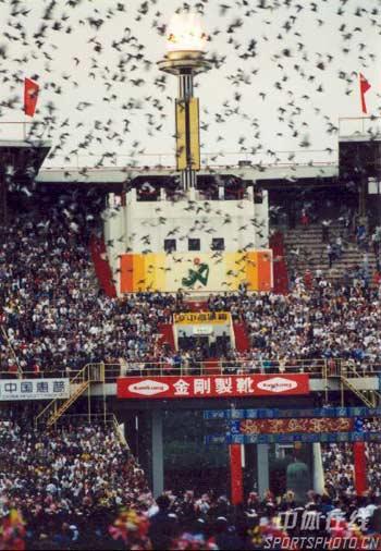 图文:1990年北京亚运会开幕式 和平鸽飞向天空