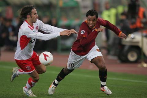 图文:意大利杯罗马2-0特列斯蒂娜 曼奇尼过人