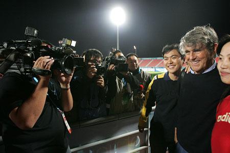 独家图片:男足中国1-0伊拉克 米卢与球迷合影
