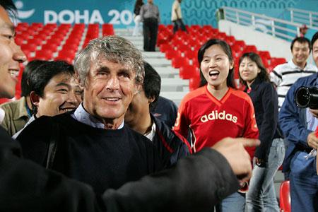 独家图片:男足中国1-0伊拉克 米卢出现在球场