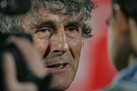 独家图片:小组赛中国1-0伊拉克 米卢接受采访