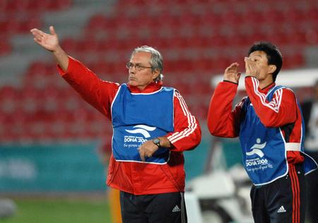 图文:中国1-0胜伊拉克 杜伊科维奇和区楚良