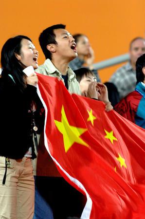 图文:中国1-0胜伊拉克 球迷为中国队加油呐喊